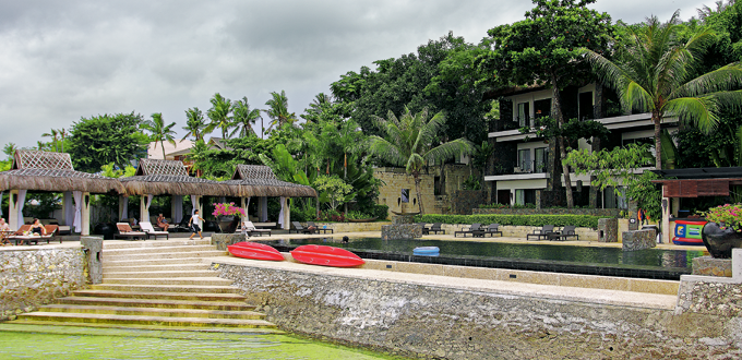 The infinity pool surrounded by cabanas (Daniel Soriano)