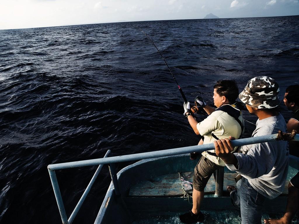 Gordon Uy with local fishermen. Photo by Ferdz Decena