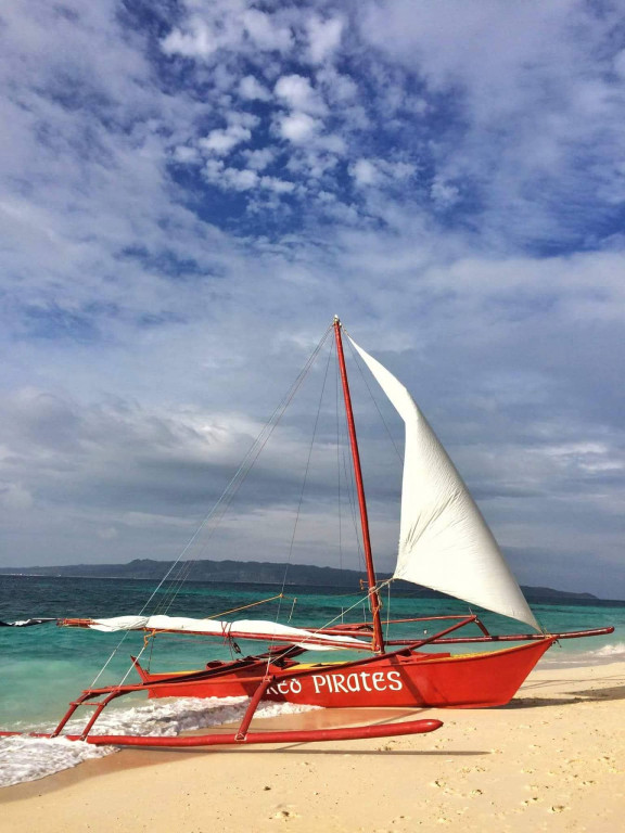 Red Pirates is one of the oldest and popular paraw operators on the island. Photo courtesy of the Red Pirates Pub & Sailing Tours