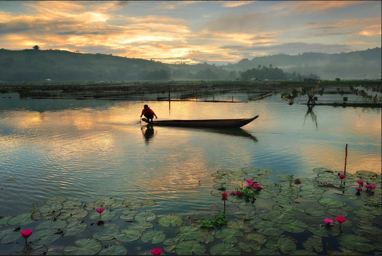 Lake Sebu, described by Lonely Planet as a place located in a bowl of forests and mountains